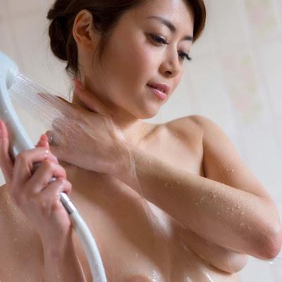 Ảnh sex loạn luân với chị dâu Maki Hojo trong nhà tắm