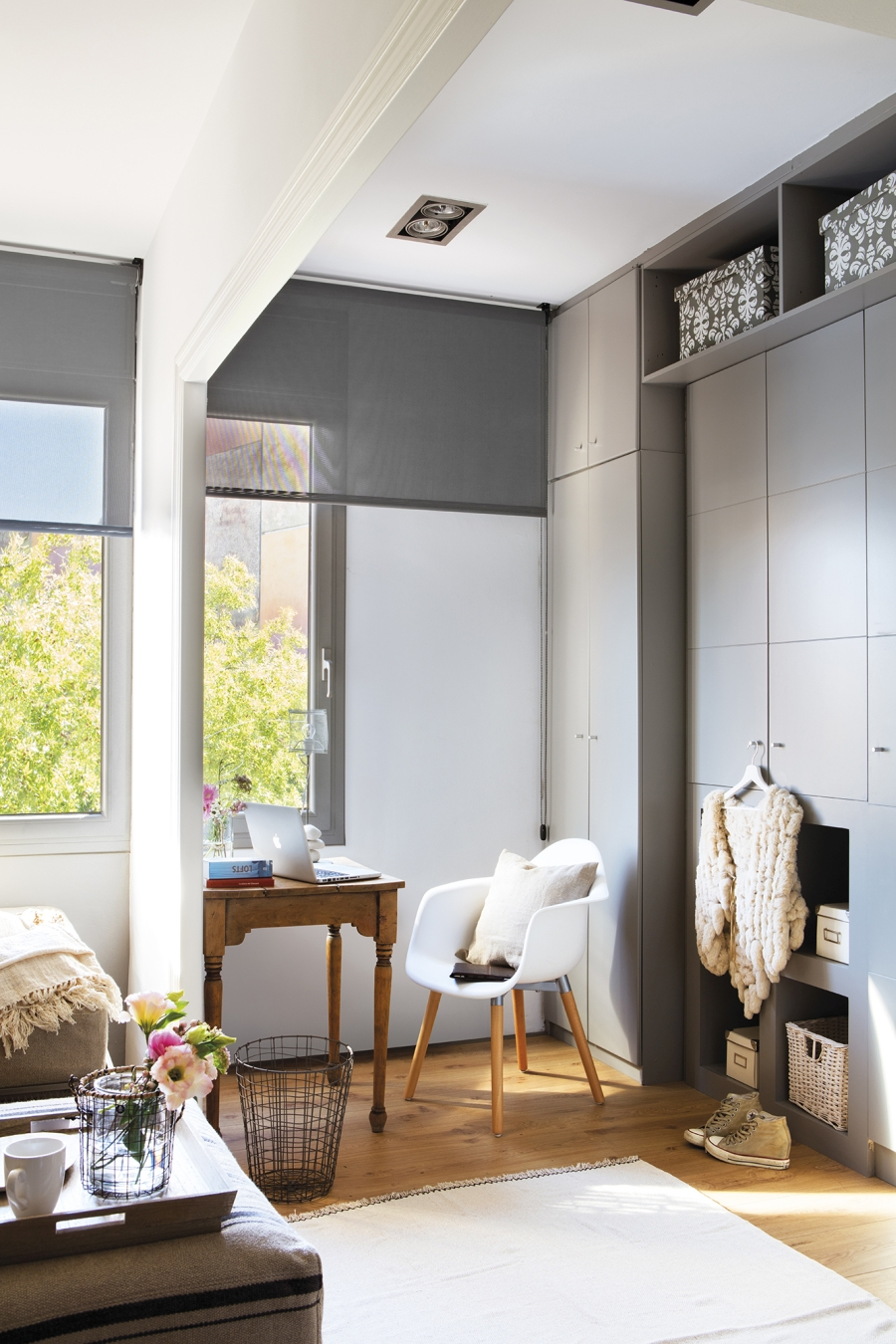 Mieszkanie w skandynawsko - industrialnym stylu, wystrój wnętrz, wnętrza, urządzanie domu, dekoracje wnętrz, aranżacja wnętrz, inspiracje wnętrz,interior design , dom i wnętrze, aranżacja mieszkania, modne wnętrza, styl skandynawski, styl industrialny, szary pokój
