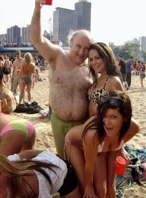alter hässlicher Mann mit schönen Frauen - Bier macht schön