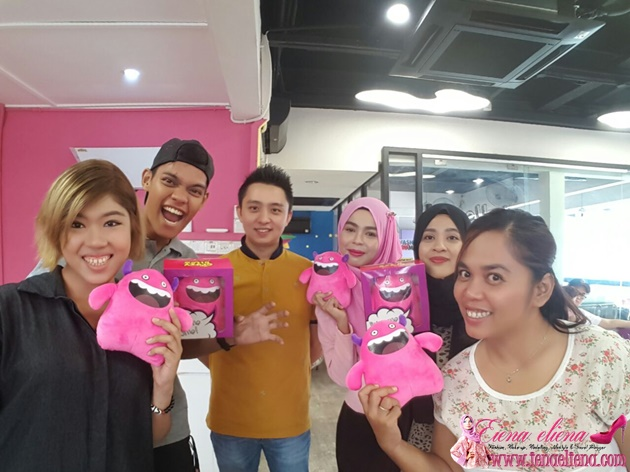 Bloggers bergambar bersama pemilik The Crazy Bites Mr Johan Yee