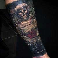 tatuaje para halloween annabelle muñeca diabolica