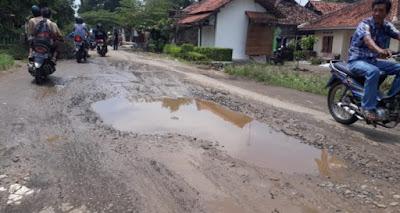 Jalan Berlubang di Desa Kudukeras Semakin Banyak Makan Korban