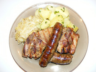 retete carne si carnati la gratar cu salata de varza si cartofi natur, reteta mix grill de porc, retete de mancare, retete culinare,