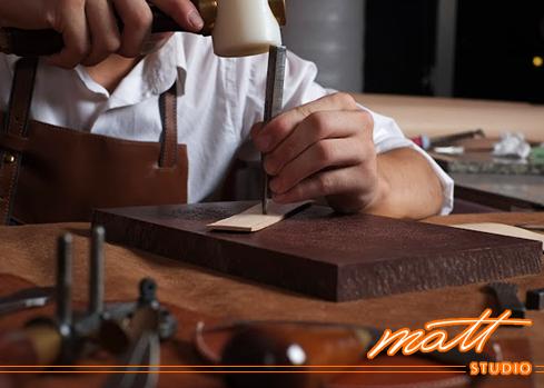 Matt Studio有最新的名牌包的【職人手縫打版班】,最適合接觸手縫好一陣子,卻始終無法更進一步邁入精品等級的手縫玩家們,從打版到手縫,一手完成精品等級美包! 。 Matt Studio是Matt老師創辦的專業皮包設計教室,提供真皮皮件手縫及車縫(機縫)教學、皮包打版、客製化商品、製包相關企業顧問等服務。