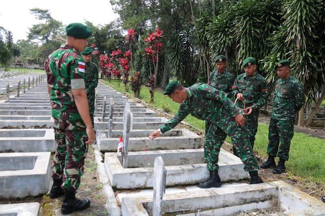 Prajurit Kostrad Ziarah ke Taman Makam Pahlawan di Garut