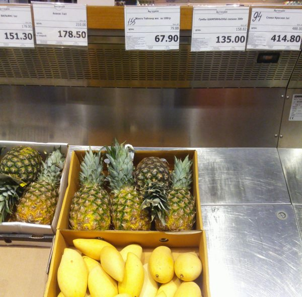 манго и ананасы на прилавке