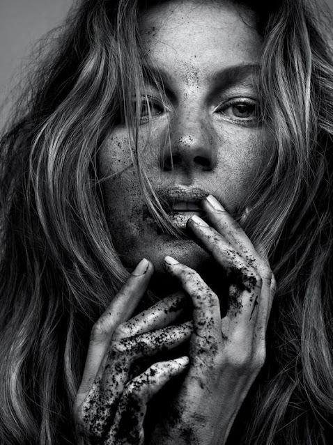 Retrato em preto e branco da modelo Gisele Bundchen para a revista Vogue Brasil