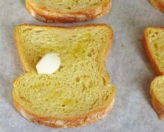 - ломтики хлеба с обеих сторон сбрызнуть оливковым маслом;