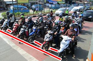 Kenapa Saat Berhenti di Traffic Light Pengendara Motor Tidak Mau Sejajar?