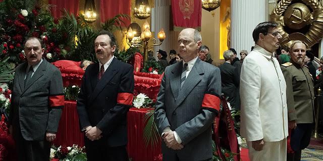 Kaganovitch (Dermot Crowley), Mikoyan (Paul Whitehouse), Khrouchtchev (Steve Buscemi), et Malenkov (Jeffrey Tambor) dans La Mort de Staline