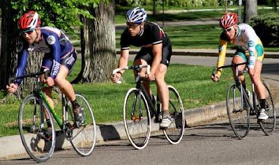 Ciclistas haciendo deporte