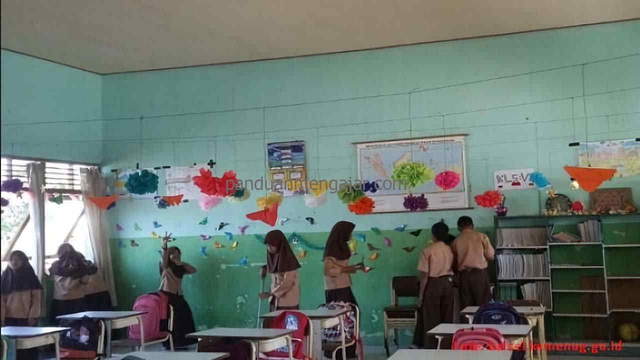 menghias kelas