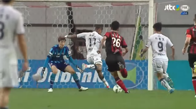 Lopes puts FC Seoul to the sword with his second (and Jeonbuk's 3rd) of the night. (Photo Credit: JTBC3)