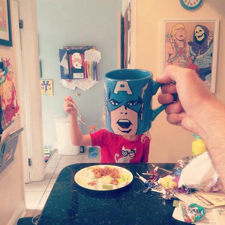 Papá creativo usa tazas con temas de la cultura pop para cambiar a sus hijos en superheroes