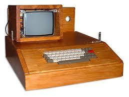 e5301fb5fd2 Si observamos la imagen el kip es la parte de abajo (El teclado) y la caja  de madera donde está insertado sería lo que hoy llamamos torre, la pantalla  había ...