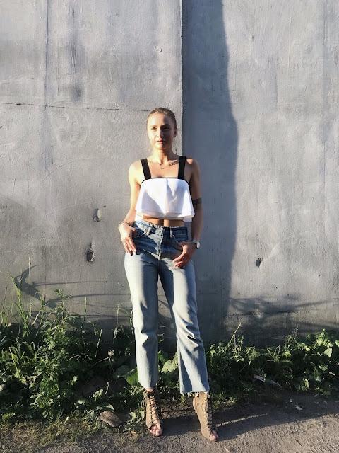 Krótki top i jeansy zestawienie ze szpilkami doda pewności siebie seksowne stylizacja kombinacja biały top zara jeansy spodnie jeansowe szpilki wiązane sznurowane DeeZee khaki sexy outfit strój odkrywamy ciało pupa dopasowane