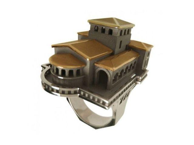 Anillo de oro  con diseño arquitectónico