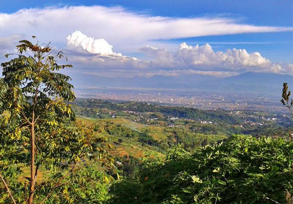 Menyaksikan lanskap Kota Bandung dari ketinggian di Punclut