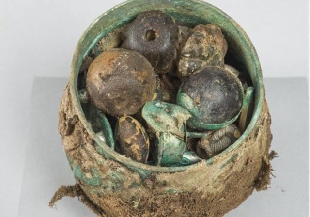 La urna carolingia hallada en Escocia se encontraba llena de valiosos objetos de todo tipo.