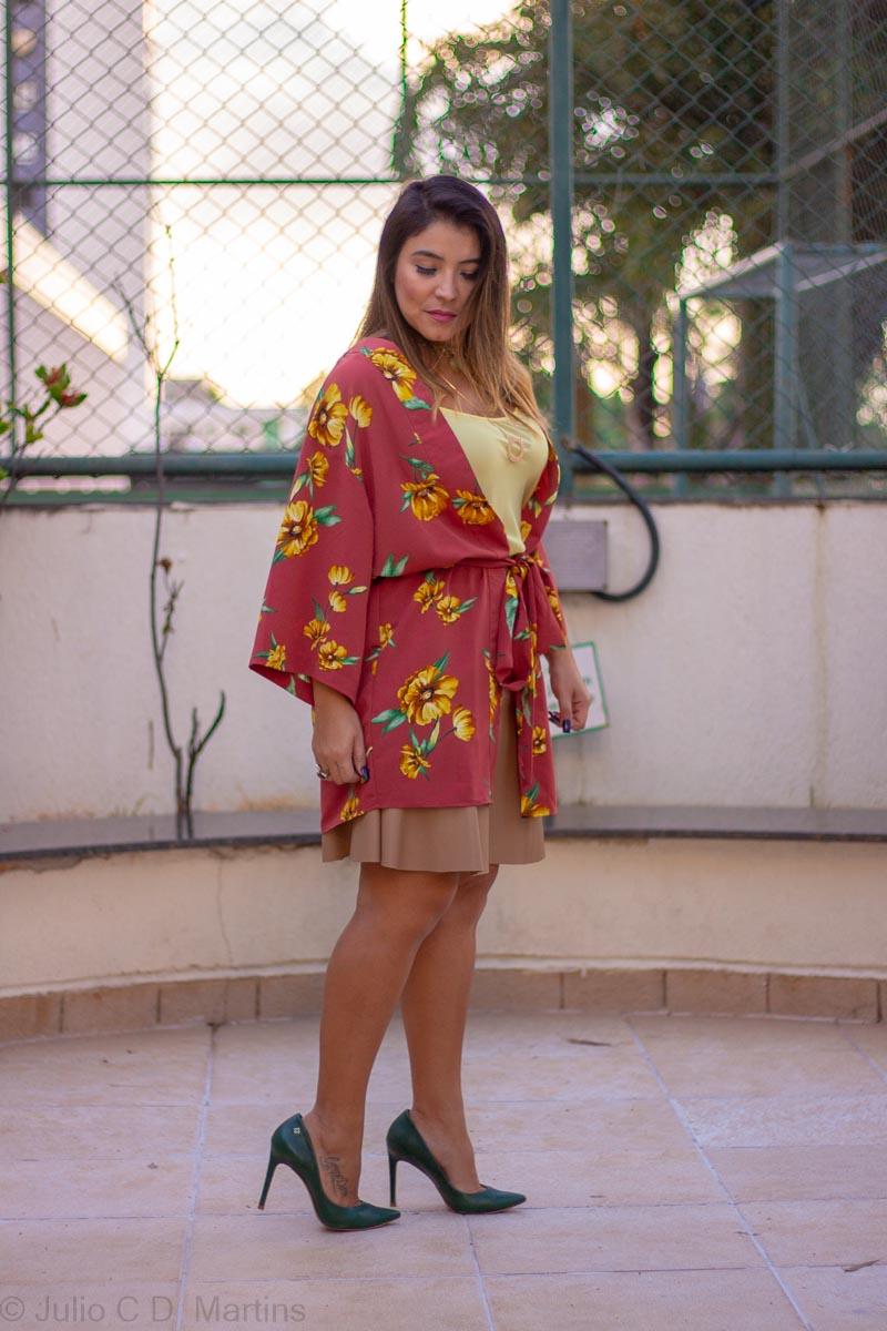Usando o kimono floral no look de trabalho