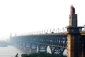 Jembatan Sungai Yangtze Nanjing di china merupakan tempat favorite untuk bunuh diri