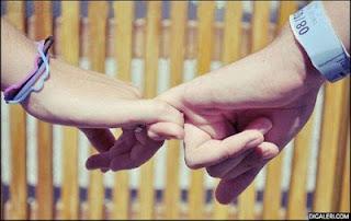 CEWEK WAJIB BACA ! Ternyata Cara Kamu dan Dia Pegangan Tangan Bisa Ketahuan Berapa Lama Hubungan Berjalan. Kamu yang Mana?