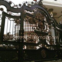 model pintu gerbang klasik rumah mewah dengan perpaduan ornamen besi tempa unik