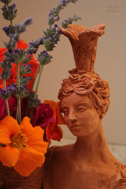 lady, plumes, basket, sarah, myers, art, arte, artist, terracotta, sculpture, vase, escultura, skulptur, flowers, bouquet, arrangement, beautiful, feathers, woman, figurative, decor, decorative, contemporary, modern, red, earthenware, clay, face, eyes, cornucopia, lavender, nasturtiums, jasmine, bougainvillea, spring, printemps, primavera, handmade, close-up, detail, nasturtium, face, front