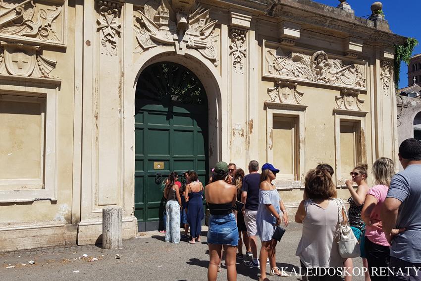 """Kolejka do słynnej """"dziurki od klucza"""" w Rzymie na wzgórzu Awentyn"""