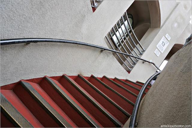Escaleras del Observatorio de la Torre Coit en San Francisco