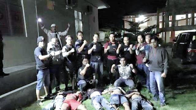 Polisi Lampung Berpose di Depan Lima Jenazah Begal, Fotonya Jadi Viral