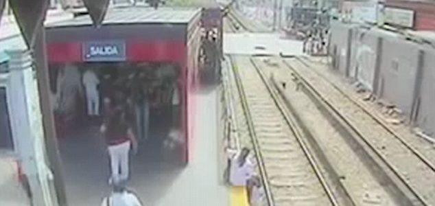 بالفيديو:حاولت التهرب من دفع ثمن تذكرة القطار فألقت ابنها دون قصد تحت عجلاته