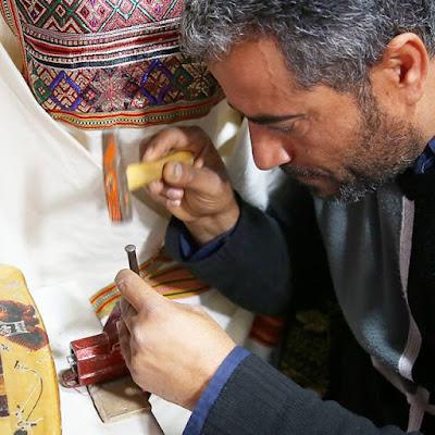 Artesano grabador en Djerba