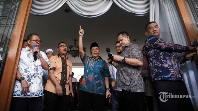 "Didampingi anak sulungnya Hanafi Rais, pendiri Partai Amanat Nasional Amien Rais akhirnya bicara terkait pernyataan yang menyebut dirinya menerima aliran dana rasuah alat kesehatan.  Dalam konferensi pers yang digelar di kediamannya di kawasan Gandaria, Jakarta Selatan, Jumat (2/6/2017), Amien mengatakan saat isu ini bergulir, langsung mencari kebenaran dari sekretaris melalui rekening bank miliknya.  ""Saya coba me-""refresh"" ingatan, seingat saya Pak Soetrisno Bachir sebagai entrepreneur sukses sering membantu kegiatan saya baik sosial maupun kegiatan keagamaan agar tidak merepotkan pihak lain,"" ujarnya  Kabarnya, uang sebesar Rp 600 juta itu berasal dari Yayasan Soetrisno Bachir yang ditransfer ke rekeningnya pada kurun waktu 15 Januari sampai 13 Agustus 2007.  Kepada wartawan, Amien mengatakan, selama ini dia mengenal Soetrisno Bachir sebagai orang yang dermawan dan sering membantu kegiatan sosial, jadi ketika Soetrisno Bachir menawarkan bantuan untuk kegiatan operasionalnya, Amien tidak menolak.  Dia menilai Soetrisno adalah tokoh yang sangat baik dan dermawan, sering membantu banyak pihak.  Bahkan siapa saja yang mendapat bantuan dana dari Soetrisno Bachir, Amien mengaku tidak tahu.  ""Saya pernah bertanya kepada Soetrisno Bachir kenapa dia sering membantu berbagai kegiatan saya. Dia (Soetrisno Bachir) menjawab, 'Pak Amien, saya disuruh ibunda saya untuk membantu anda', jadi ketika dia (Soetrisno Bachir) menawarkan bantuan tiap bulan untuk kegiatan operasional, saya anggap sebagai hal wajar,"" ujarnya kepada wartawan.  ""Pada 2007 saya sudah 3 tahun tidak menjadi pejabat, waktu itu ketua MPR. Namun rupanya bantuan Soetrisno Bachir untuk kegiatan operasional saya, yang berlangsung selama 6 bulan pada 2007 itu menjadi salah satu topik berita yang sangat menarik dan harus saya ikuti secara tegas dan berani,"" tegas Amien.  Terkait pengakuan Amien tersebut, komentar warganet mengalir deras melalui berita Tribunnews yang berjudul Pengakuan Amien Rais soal Aliran Dana dar"