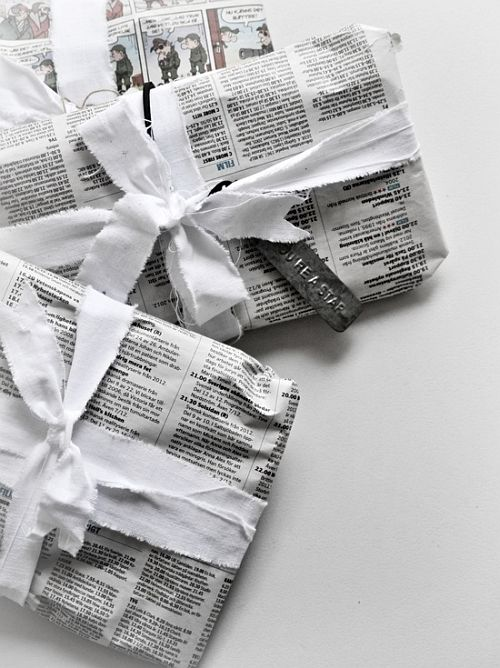 easy eco-friendly newspaper wrapping with white textile ribbons