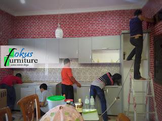 pemasangan lemari dapur di lokasi