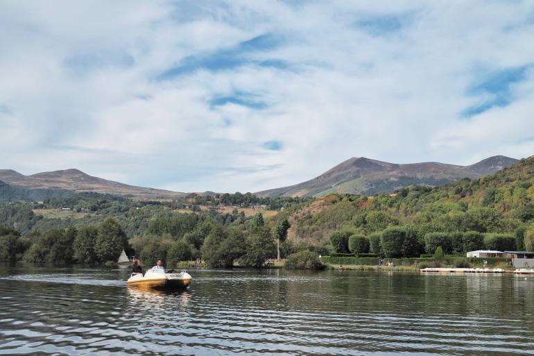 Pédalo sur le lac de Chambon dans le massif du Sancy