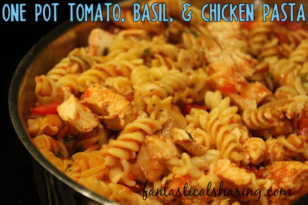 One Pot Tomato, Basil, & Chicken Pasta // A simple one pot dish that comes together in less than 30 minutes that the whole family will love #recipe #chicken #pasta #maindish #onepot