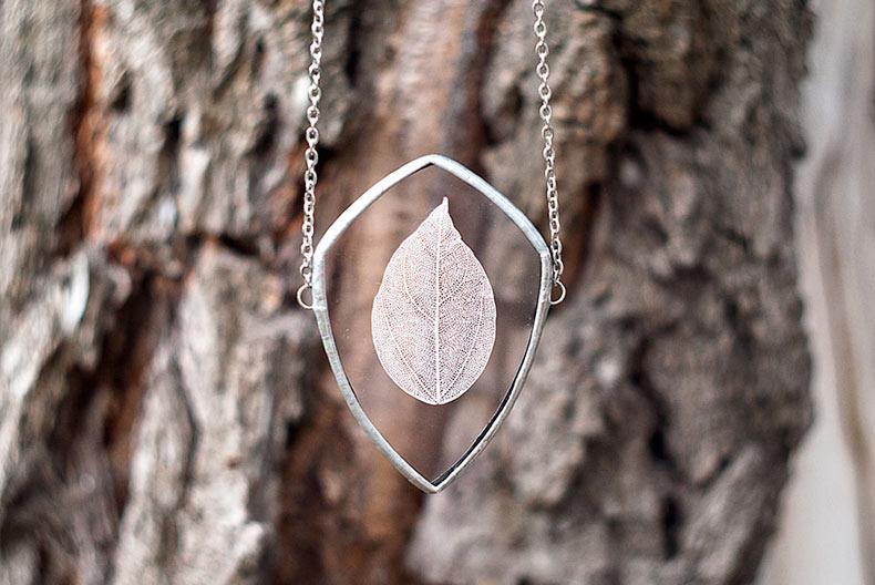 Artista plasma la belleza de la naturaleza en joyerías de vidrio prensado