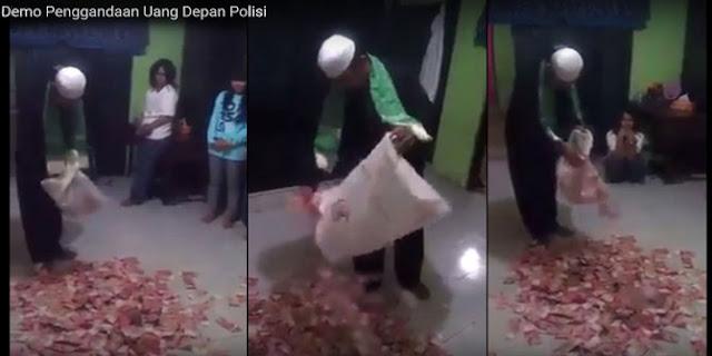 Lebih Heboh dari Dimas Kanjeng, Pria Ini Menggadakan Uang Dari Kantong Plastik Disaksikan Polisi