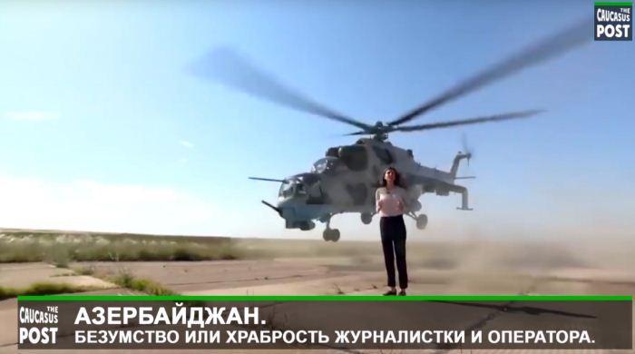 Jurnalis wanita Rusia di dekat heli Mi-24 Azerbaijan
