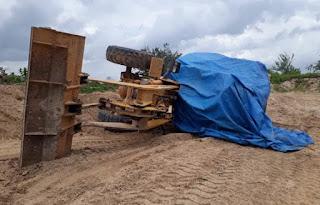 Motorista morre após escavadeira tombar e cair por cima do seu corpo
