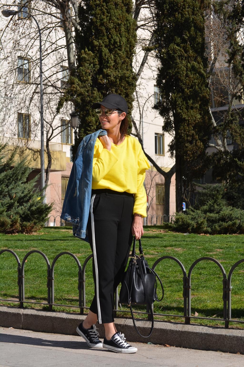 outfit-sudadera-volantes-amarillo-zara