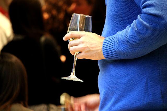 Foto detalle copa de vino en la mano