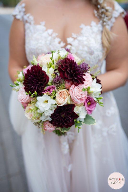 Bukiet ślubny z ciemnymi kwiatami