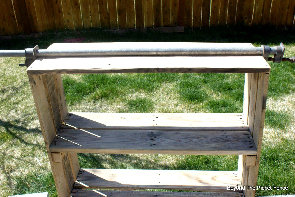 rustic decor, pallet shelf, booskhelf, industrial, how to build, beyond the picket fence, http://bec4-beyondthepicketfence.blogspot.com/2015/04/rustic-industrial-bookshelf.html