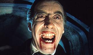 Christopher Lee grimé en Dracula pour l'un des films