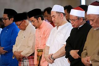 Biodata KDYMM Sultan Muhammad V | Sultan Muhammad V merupakan sultan Kelantan ke-29 dan juga merupakan Yang Dipertuan Agong ke 15.  Kebawah Duli Yang Maha Mulia KDYMM Sulatan Muhammad V diputerakan pada 6 Oktober 1969. Baginda merupakan sultan bagi negeri Kelantan yang ke-29.  Baginda dimasyurkan pada 13 September 2010 bersamaan dengan 4 Syawal 1431 hijrah dengan menggunakan gelaran Sultan Muhammad V.  Sebelum dimasyurkan, baginda merupakan Tengku Mahkota Kelantan yang bergelar Yang Teramat Mulia Tengku Muhammad Faris Petra Ibni Sultan Ismail Petra.  Baginda merupakan putera sulung kepada Sultan Ismail Petra Ibni al-Marhum Sultan Yahya Petra dan Tengku Anis Binti Tengku Abdul Hamid.  Baginda juga mempunyai 3 orang adinda iaitu Yang Amat Mulia (Tengku Mahkota) Tengku Muhammad Faiz Petra Ibni Sultan Ismail Petra Yang Amat Mulia Tengku Muhammad Fakhry Perta Ibni Sultan Ismail Petra Yang Amat Mulia Tengku Amalin A'ishah Putri Ibni Sultan Ismail Petra  Yang Dipertuan Agong yang ke-15 KDYMM Sultan Muhammad V telah dilantik sebagai Timbalan Yangdi-Pertuan Agong sehingga tahun 2016. Selepas persidangan raja-raja Melayu, baginda telah dilantik sebagai Yang Dipertuan Agong yang ke-15 berkuat kuasa pada 13 Disember 2016 selama 5 tahun.  KDYMM Sultan Nazrin Muizzuddin Shah pula di lantik sebagai Timbalan Yang di-Pertuan Agong selama 5 tahun juga.