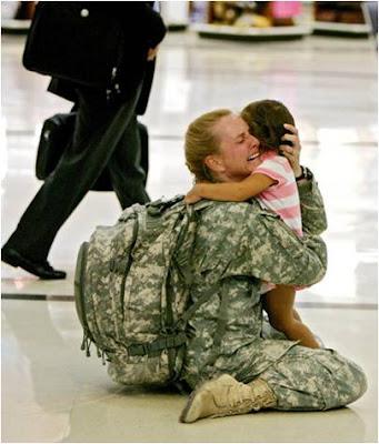 """Foto de Coleccion: """"Emocion""""   mujer militar con su hijo"""