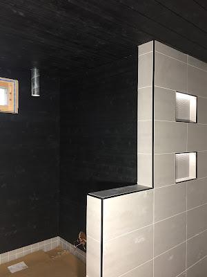 Siparila musta struktuuripaneeli, kokemuksia siparilan paneeleista, Musta saunapaneeli, mustavalkoinen sauna, siparila struktuuri, laattalista musta